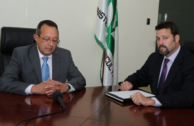 El ministro de Agricultura, Ángel Estévez, y el agregado Agrícola de la Embajada de Estados Unidos, Morgan Perkins, hablan de las medidas contra la mosca del mediterráneo.