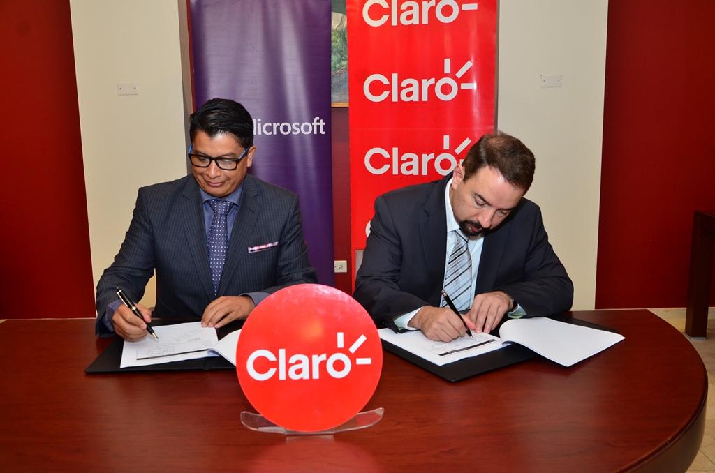 Firma convenio entre el gerente general de Microsoft, Jorge Cabeza, y el presidente de Claro, Oscar Peña./elDinero