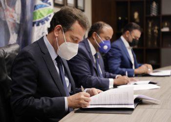 El ministro de Industria, Comercio y Mipymes, Víctor (Ito) Bisonó durante el acto de firma con Fiduciaria Banreservas.
