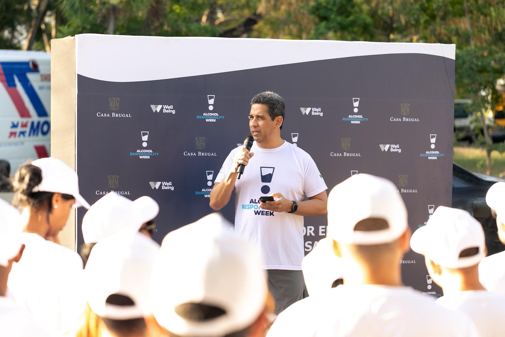 1. foto principal augusto ramírez, presidente de casa brugal, durante las palabras de bienvenida a la caminata de santo domingo