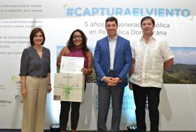 1 principal ginny taule marcelo aicardi y edgar pichardo entregan el premio a ginna ozuna ganadora del primer lugar en la categoria profesional