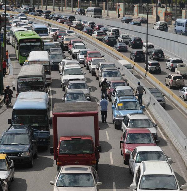 El tránsito en la Capital seguirá siendo un caos hasta que no se hagan respectar las leyes.