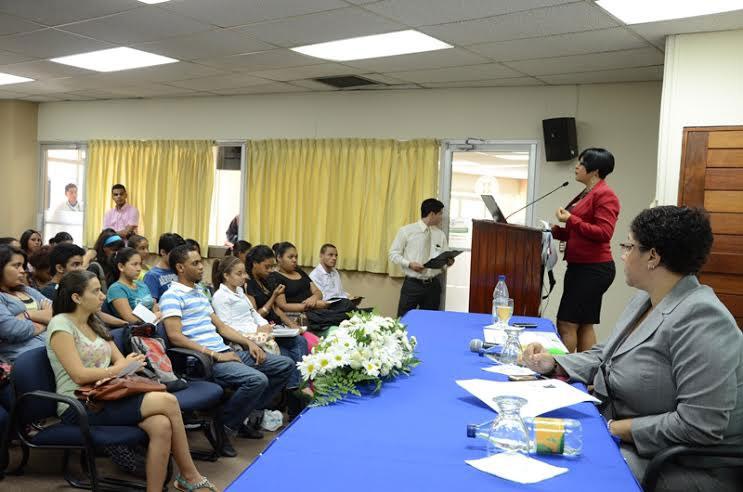 Teresa Concepción y Ana Irma Olivo, de la gerencia de Protección al Usuario del Indotel, intervienen ante estudiantes de la UNPHU sobre los derechos y deberes de los usuarios de servicios de telecomunicaciones.