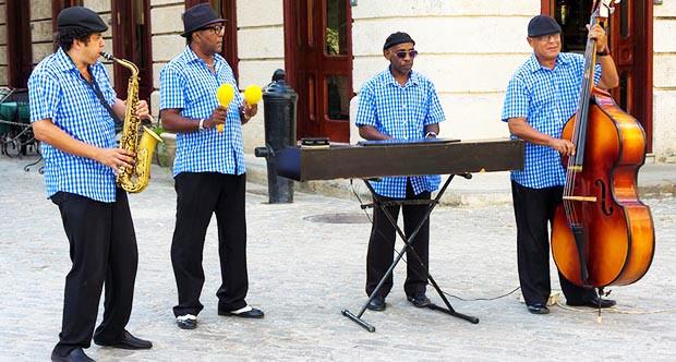 Los cubanos recibieron con alegría la noticia.