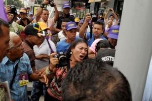El acto fue marcado por un desorden que afectó a periodistas y a otras personas.