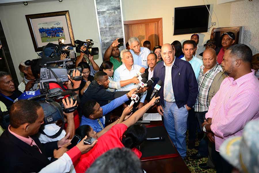El ministro de Medio Ambiente, Bautista Rojas Gómez, encabezó el inicio del plan de limpieza de San Cristóbal, que se extenderá durante un mes.