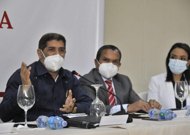 El ministro de Agricultura, Limber Cruz, y Daniel Liranzo, director ejecutivo del Consejo Nacional de Zonas Francas.