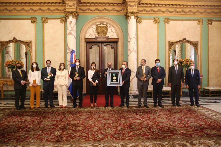 En un acto en el Palacio Nacional, la AIRD entregó una placa de reconocimiento al presidente Danilo Medina.