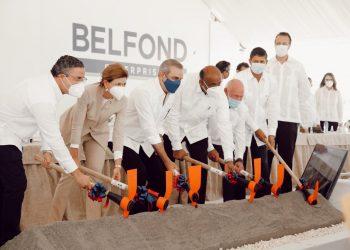 Con el primer picaso, Abinader da inicio a la rehabilitación y mejoramiento del muelle 4 del Puerto Marítimo de Barahona. | Fuente externa.