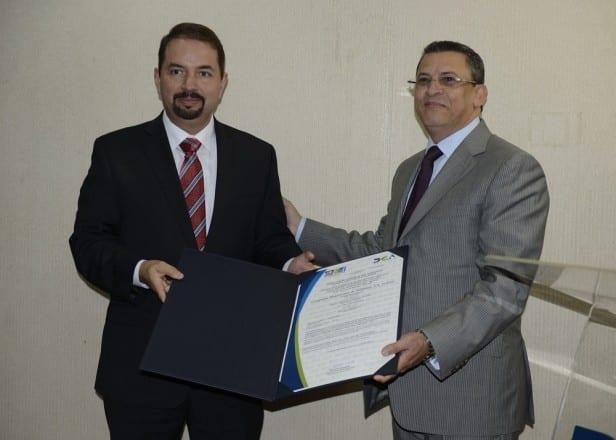 Óscar Peña, de Claro; y Fernando Fernández, director de Aduanas./elDinero