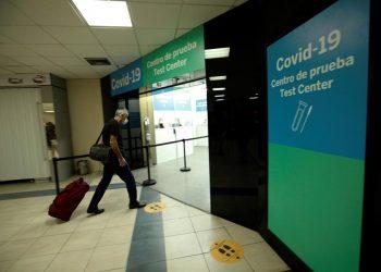 Fotografía tomada el pasado 12 de octubre en la que se registró la entrada de un pasajero al centro de prueba para la detección del covid-19 en el aeropuerto internacional de Tocumen, en Ciudad de Panamá.   Bievenido Velasco, EFE.