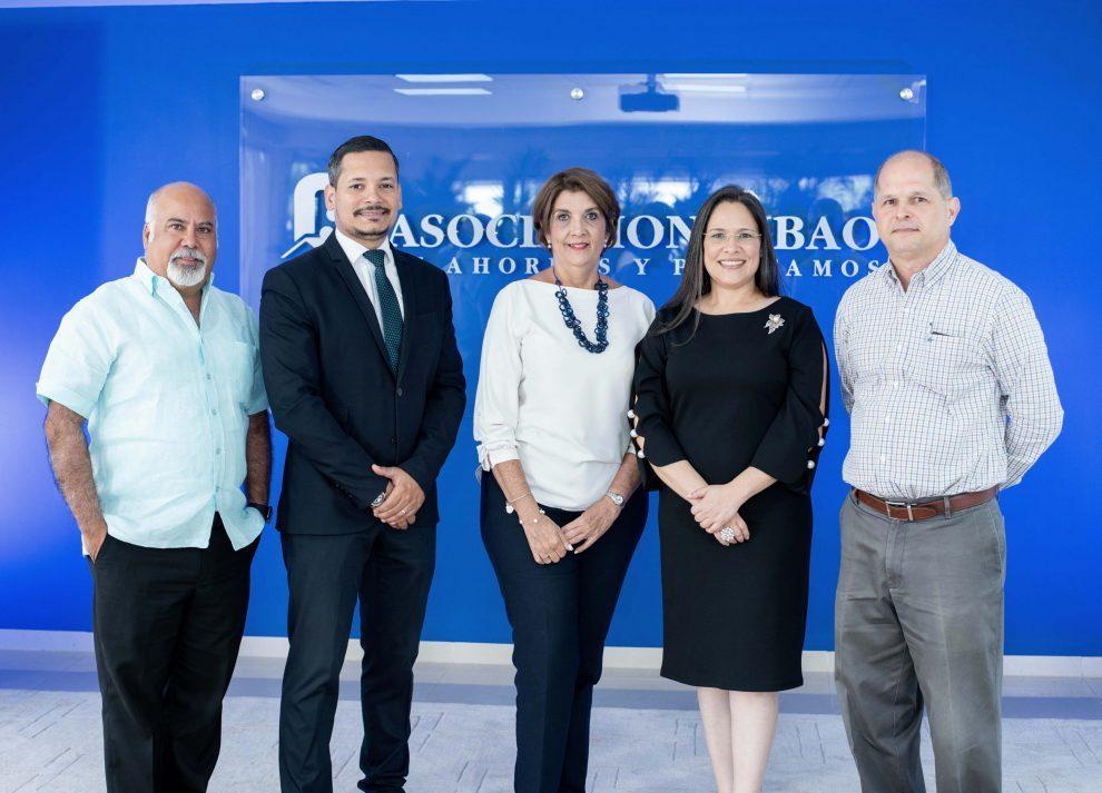 asociación cibao miembros del jurado de la convocatoria 2019 2020 acompañan a yara hernández, gerente de comunicaciones y sostenibilidad de acap.