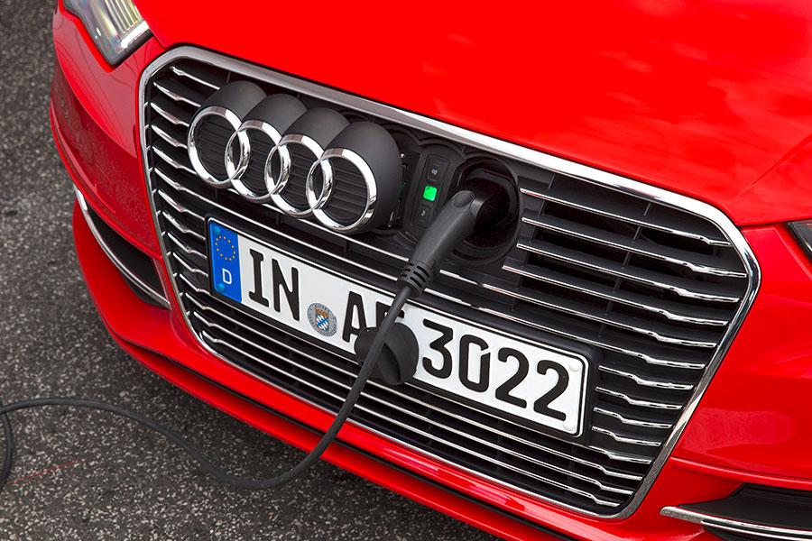 Modo de carga del nuevo automóvil del grupo Volkswagen, el Audi Sportback e-tron. | EFE