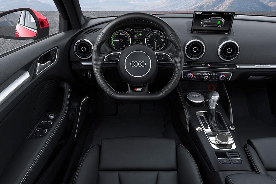 Vista del asiento del piloto y el cuadro de mandos del nuevo Audi A3 Sportback e-tron. | EFE