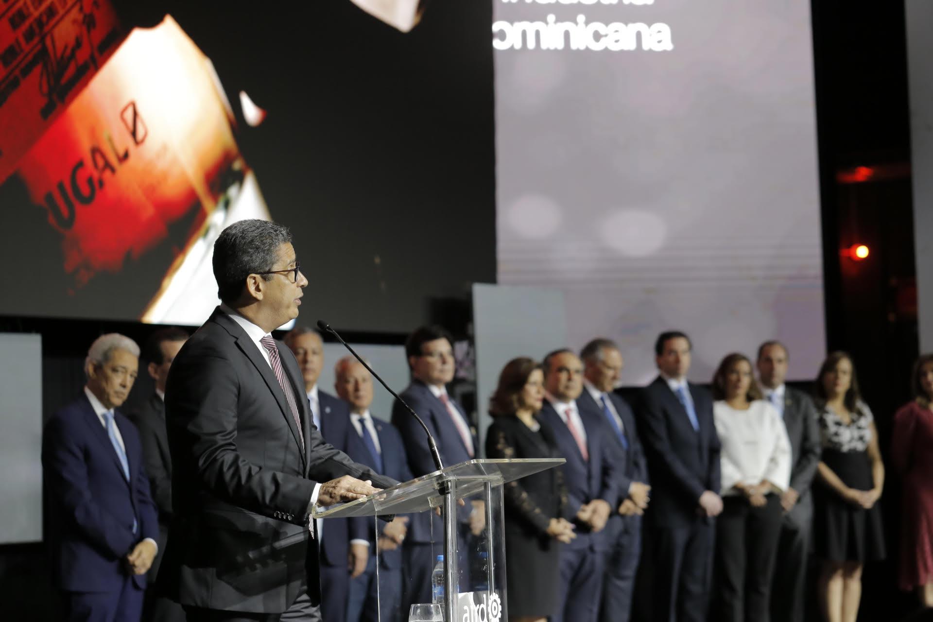 augusto ramírez, presidente de casa brugal, agradece el reconocimiento.