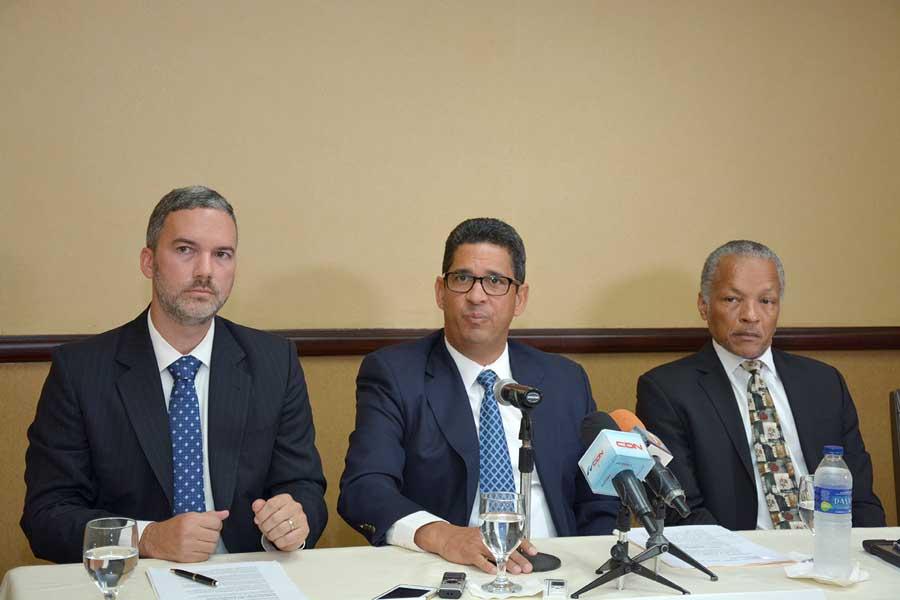 Mario Pujols, director ejecutivo de Adoron; Augusto Ramírez Bonó, presidente de Adoron; y Frank Ward, presidente de la WIRSPA, una entidad que agrupa a las asociaciones de productores de ron de 15 países del Caribe. / Lésther Alvarez