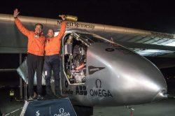 Bertrand Piccard y André Borschberg sobre el avión Solar Impulse II.