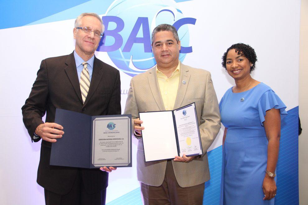 basc dominicana robert copley y july de la cruz entregan certificaciones a carlos saillant.