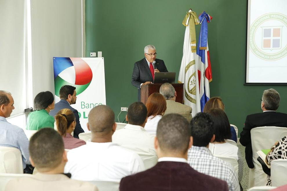 Luis Lembert,  vicepresidente senior de Banca Personal del Banco BHD León, da la bienvenida a los participantes.