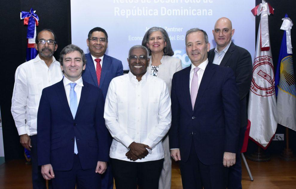 bid ronlando guzmán, rector del intec, junto a representantes del bid y panelistas