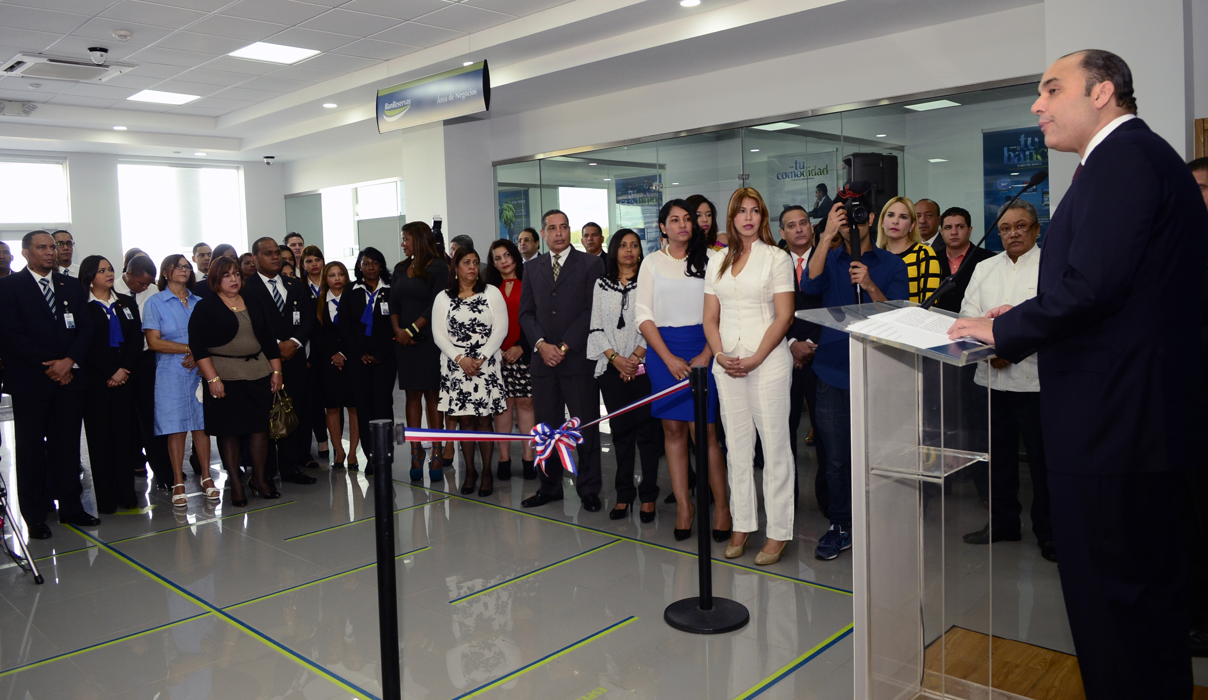 Enrique Ramírez Paniagua se dirige a los presentes durante la inauguración de la sucursal del BanReservas en el Merca Santo Domingo.