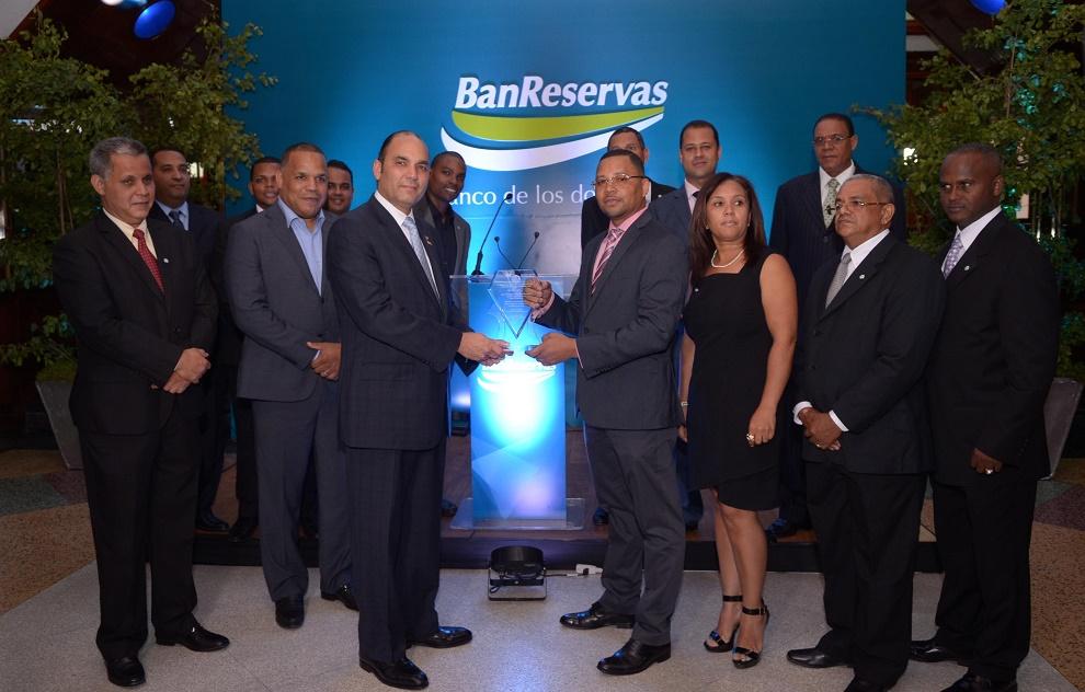 Claudio Dipré, Leonidas Ceballos Santana, Héctor Uribe y José Alberto Delgado entregan una placa de reconocimiento a Enrique Ramírez Paniagua, administrador general de Banreservas, en representación de empresas constructoras de San Cristóbal.
