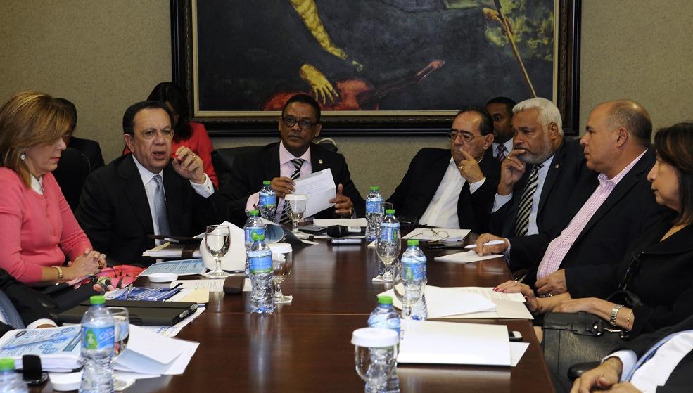 El gobernador del Banco Central, Héctor Valdez Albizu, fue recibido por una comisión de la Cámara de Diputados./elDinero