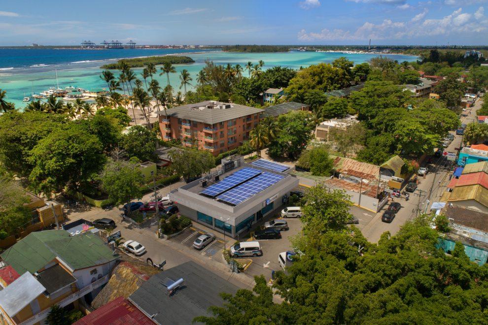 banco popular dominicano cuenta con 54 oficinas y 26 áreas de estacionamiento techadas con paneles solares.