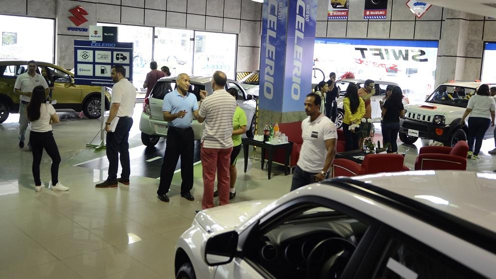 Clientes realizan este sábado gestiones de financiamiento de vehículos en concesionarios y dealers de Santo Domingo.