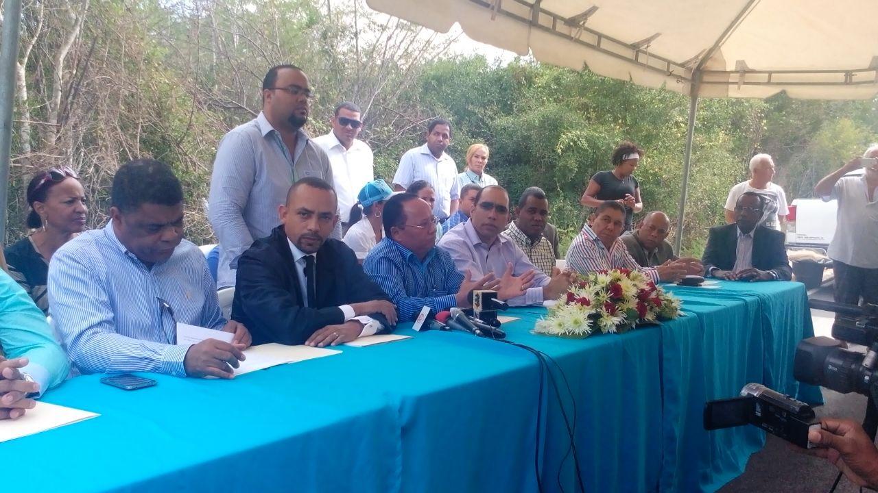 Representantes comunitarios de Bayaibe denunciaron un intento de impedir su acceso a la playa.