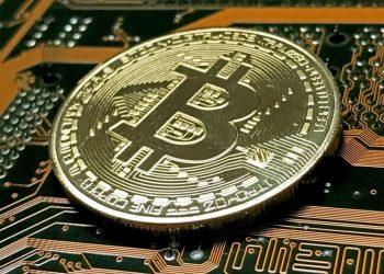 Vista de una moneda simbólica de bitcóin, la divisa virtual, en Düsseldorf, Alemania. | Sascha Steinbach, EFE.