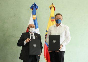 El embajador ecuatoriano, Enrique Cadena junto al canciller Roberto Álvarez. | Fuente externa.