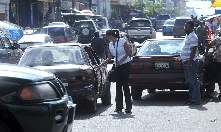 El transporte siempre ha tenido una ponderación relativamente alta entre los rubros que encarecen la canasta básica dominicana.   Archivo elDinero
