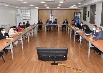 Los representantes de las instituciones que integran el Comité Técnico Interinstitucional de Medición de la Pobreza en la reunión en la sede del Ministerio de Economía, Planificación y Desarrollo.