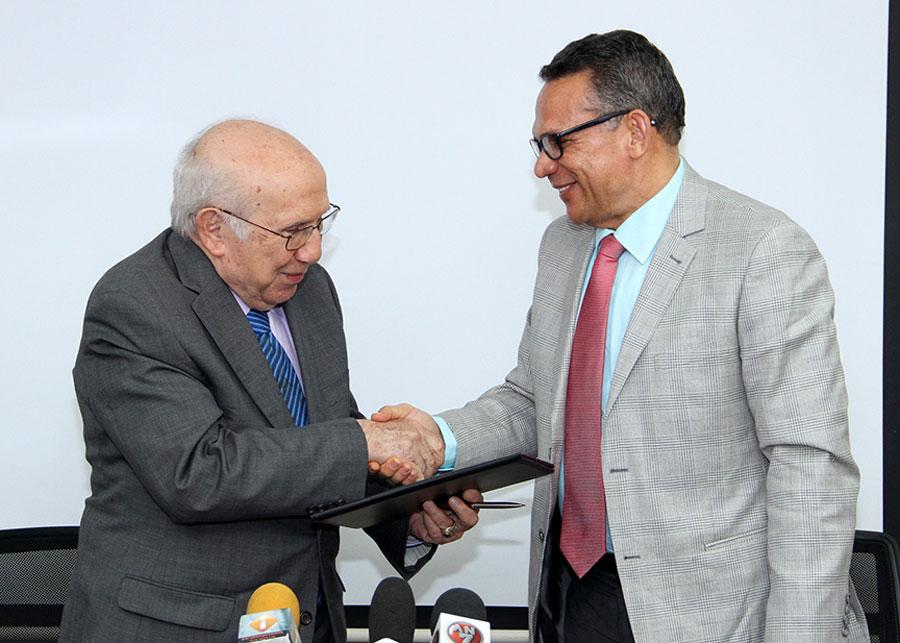 El director de Ética, Marino Vinicio Castillo, y el ministro de Administración Pública, Ramón Ventura Camejo, se saludan luego de la firma del acuerdo.