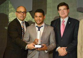 Jairon Severino, director de elDinero; el periodista Windler Soto; y el empresario Julio Virgilio Brache, vicepresidente de la AIRD.
