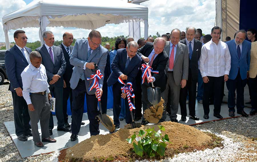 El presidente Danilo Medina encabezó el acto de inauguración al dar el primer palazo de los trabajos de construcción de la planta