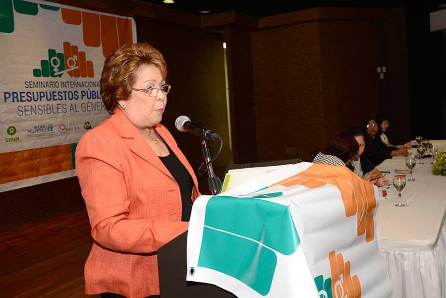 La ministra de la Mujer, Alejandrina Germán, durante el seminario que organiza Ce-Mujer en el hotel Lina.