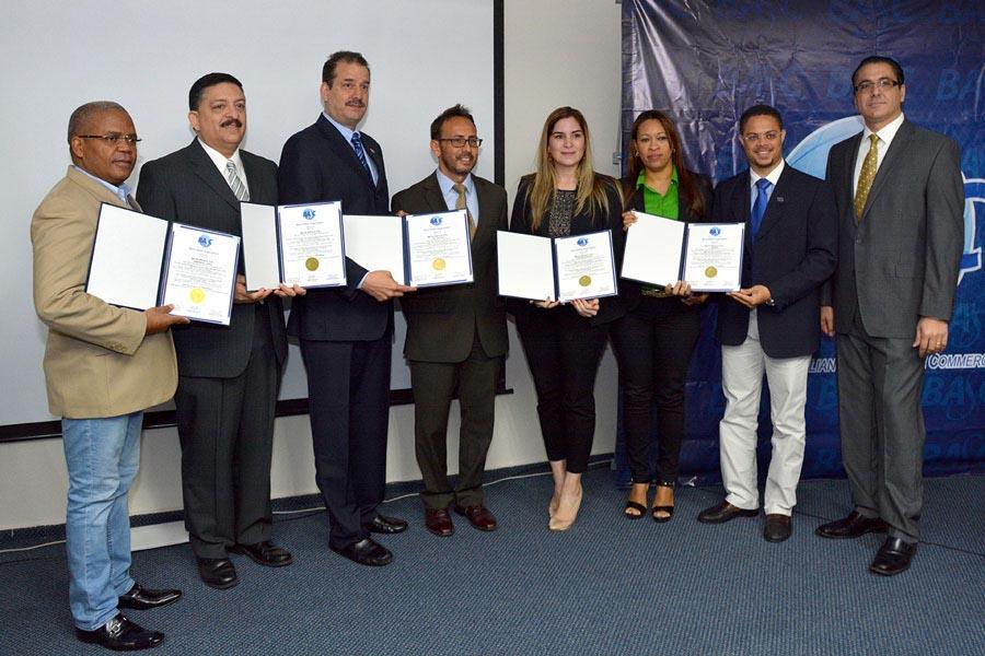 Erik Alma, presidente del capítulo de República Dominicana de BASC, y Rafael Patiño, junto a representantes de las empresas que recibieron certificaciones./LÉSTHER ÁLVAREZ