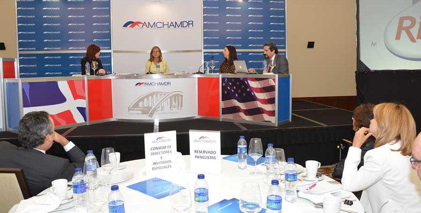 Celina Scolán Suay, magistrada de El Salvador y experta en competencia empresarial, fue la invitada al desayuno de la AmchamDR y ProCompetencia./ LÉSTER ÁLVAREZ.