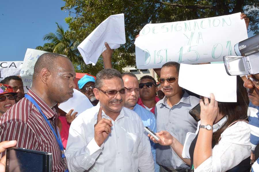 Etanislao Castillo Reynoso, presidente de Anproted, da declaraciones, encabezó la protesta en la parte frontal del Ministerio de Educación. / LÉSTHER ÁLVAREZ