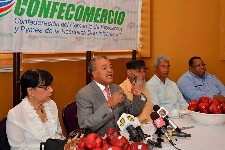 Gilberto Luna, presidente de Confecomercio, pidió en  rueda de prensa rebaja de precios de la canasta familiar. / LÉSTHER ÁLVAREZ