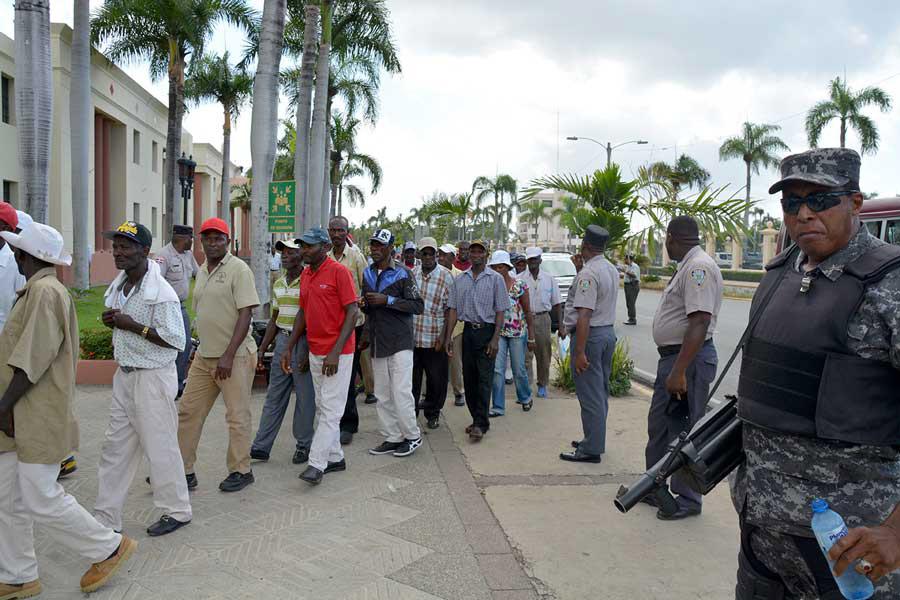 Momento en que llegaban los cañeros a protestar frente al Palacio Nacional. / Lésther Álvarez