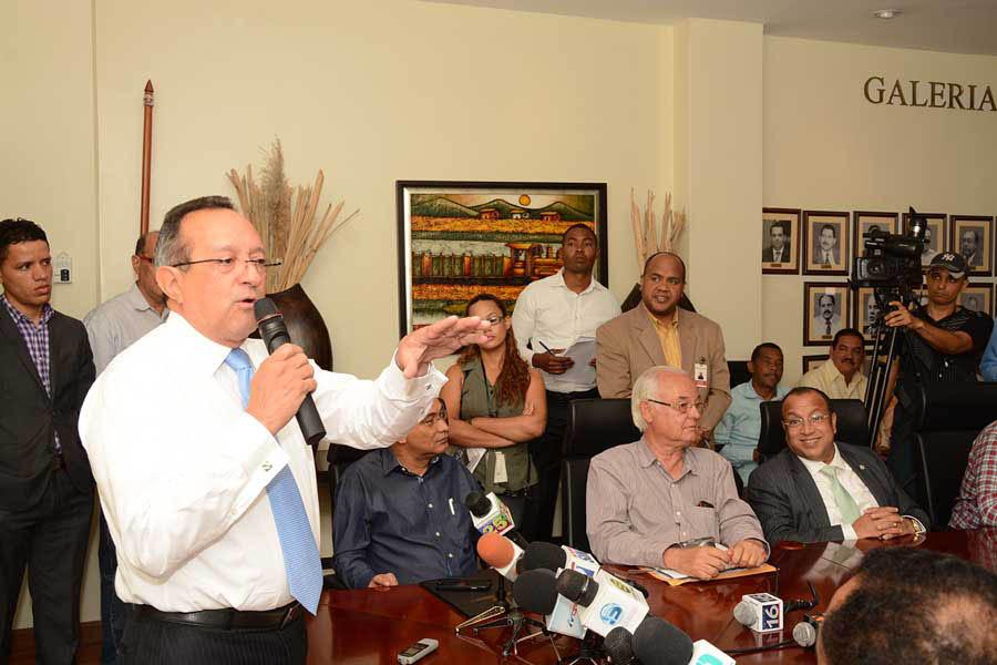 El ministro de Agricultura, Ángel Estévez, expresó su preocupación por la situación actual de la mosca blanca y la mosca de Mediterráneo. / Lésther Álvarez