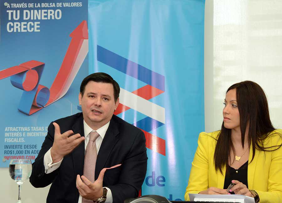 Felipe Amador, gerente general y vicepresidente ejcutivo de la Bolsa de Valores de la RD, junto a Ingrid Aparicio, gerente comercial / Lésther Álvarez