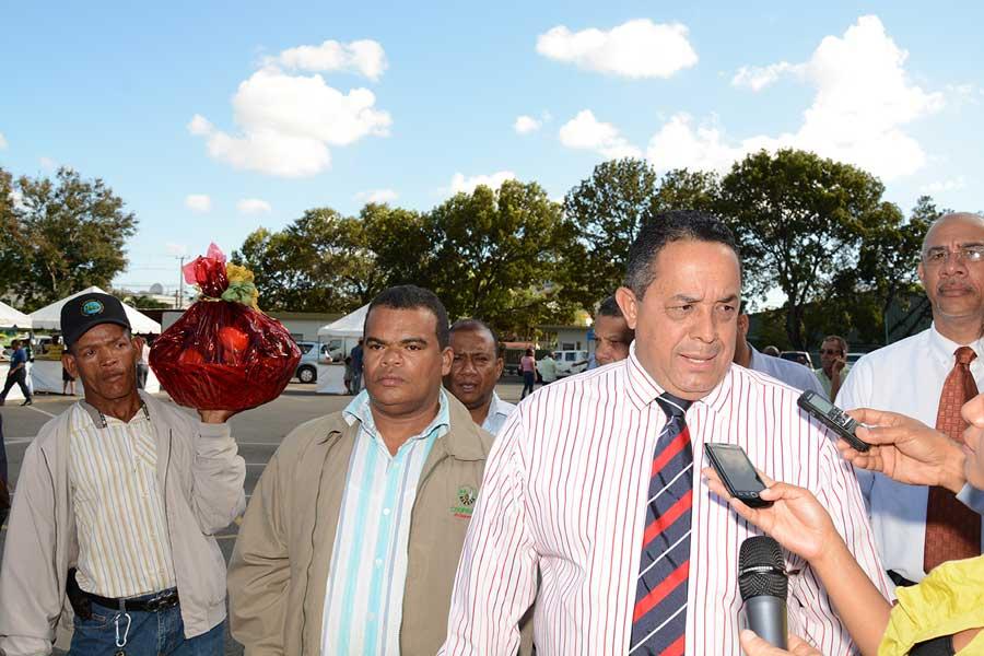 Emilio Toribio Olivares encabezó la apertura de una Feria Agropecuaria en la explanada frontal del IAD.