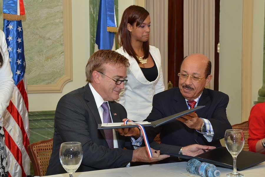James W Blewster, embajador de Estados Unidos y Temístocles Montás, ministro de Economía, durante la firma de los acuerdos de colaboración. / LÉSTHER ÁLVAREZ