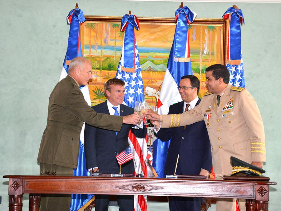 El embajador de los Estados Unidos, James W. Brewster, y el Ministro de Relaciones Exteriores, Andrés Navarro, junto a los jefes militares de ambas naciones, John Kelly y Maximiliano Muñoz Delgado. /GABRIEL ALCÁNTARA