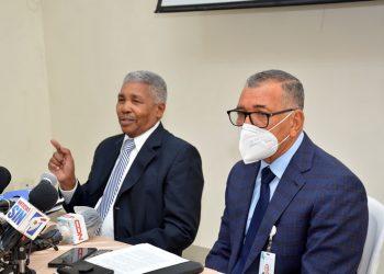 El administrador general de la Central Termoeléctrica Punta Catalina, Serafín Canario de la Rosa, y Rafael Gómez, viceministro de Energía.    Lésther Alvarez