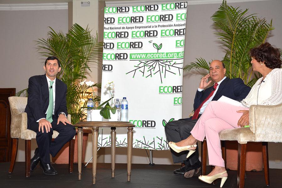 Roberto Herrera, de EcoRed, y el ministro de Medio Ambiente, Bautista Rojas, duran te la presentación del compendio./ GABRIEL ALCÁNTARA.